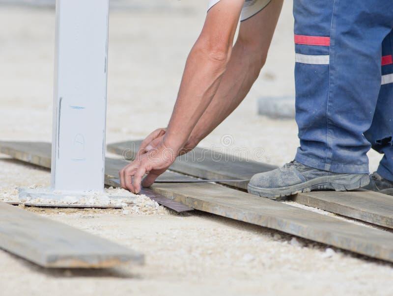 Εργαζόμενος που χαρακτηρίζει τη σανίδα για την κοπή στοκ φωτογραφία με δικαίωμα ελεύθερης χρήσης