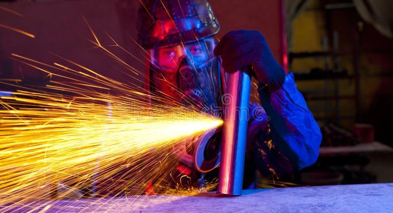 Εργαζόμενος που χρησιμοποιεί έναν μύλο στοκ εικόνες με δικαίωμα ελεύθερης χρήσης