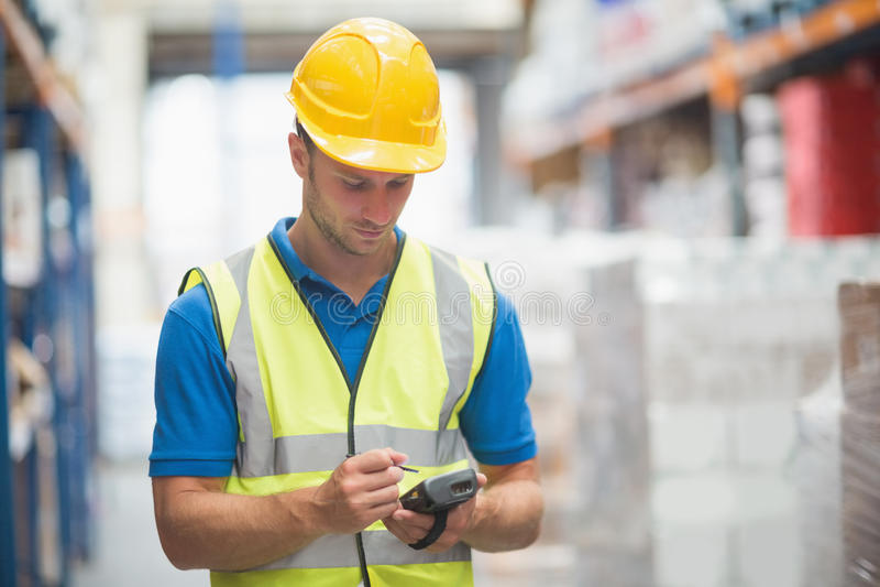 Εργαζόμενος που χρησιμοποιεί το χέρι - κρατημένος υπολογιστής στοκ φωτογραφίες