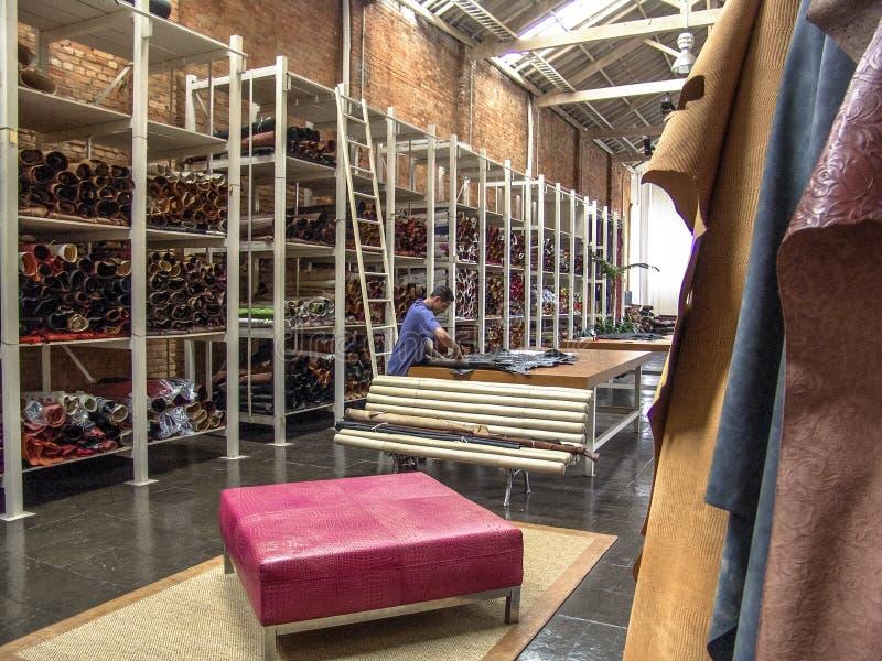 Εργαζόμενος σε ένα κατάστημα εργοστασίων με τα προϊόντα φιαγμένα από δέρμα στο Σάο Πάολο στοκ εικόνα