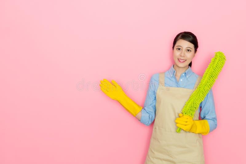 Εργαζόμενος σπιτιών θηλυκών που κάνει τη στάση παρουσίασης στοκ εικόνες