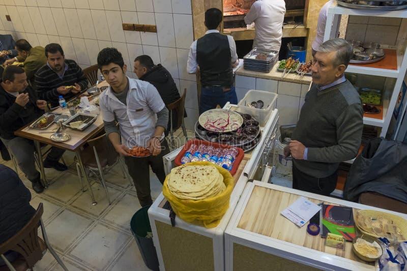 Εργαζόμενος στο εστιατόριο στοκ εικόνες με δικαίωμα ελεύθερης χρήσης