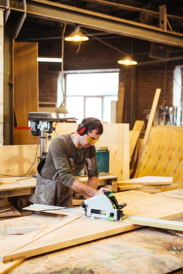 Εργαζόμενος στο κατάστημα ξυλουργικής στοκ φωτογραφία
