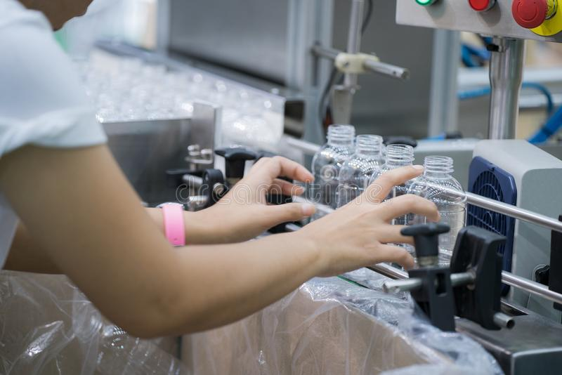 Εργαζόμενος στο πλαστικό μπουκαλιών που κάνει να εργαστεί να παραδώσει κοντά το λι παραγωγής στοκ εικόνες με δικαίωμα ελεύθερης χρήσης