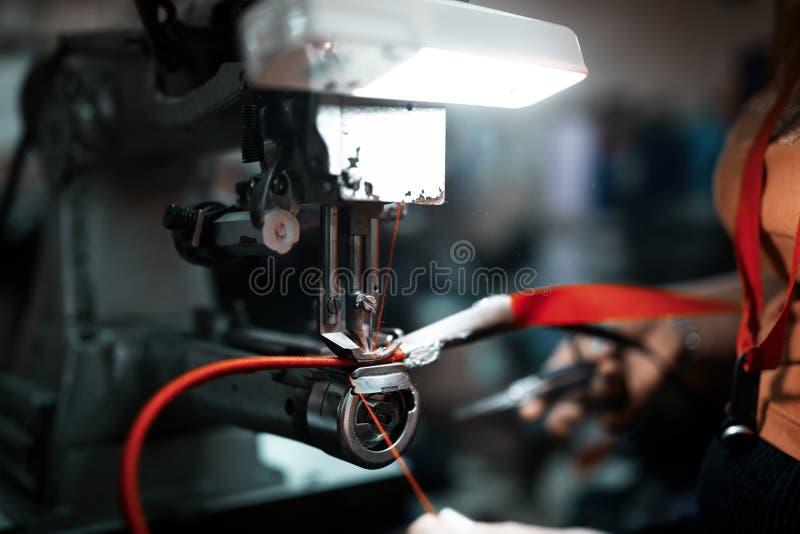 Εργαζόμενος στο ράψιμο βιομηχανίας κλωστοϋφαντουργίας στοκ εικόνα