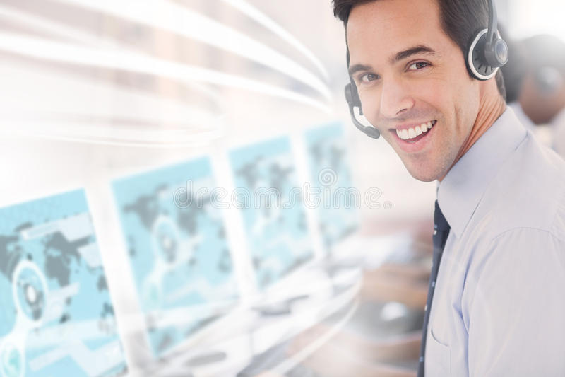 Εργαζόμενος τηλεφωνικών κέντρων που χρησιμοποιεί το φουτουριστικό ολόγραμμα διεπαφών στοκ φωτογραφία με δικαίωμα ελεύθερης χρήσης