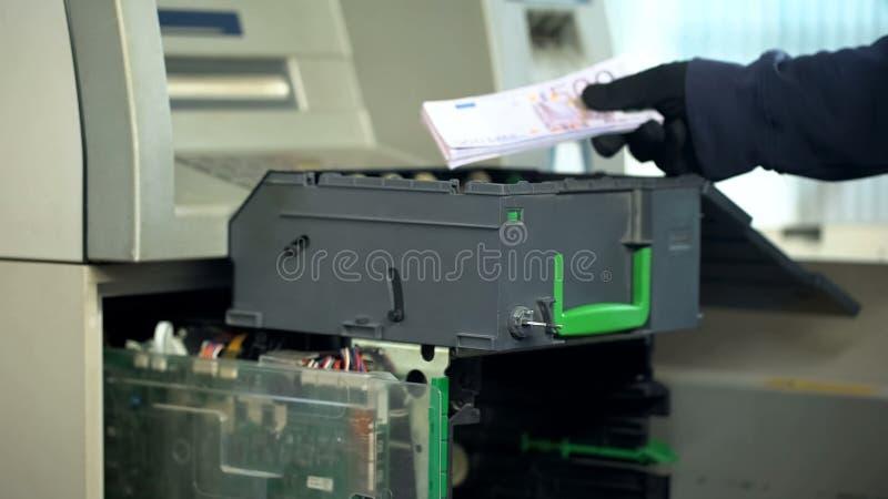 Εργαζόμενος τράπεζας που ξαναγεμίζει τις περιπτώσεις του ATM με το ευρο- νόμισμα, εξουσιοδοτημένη πρόσβαση στοκ εικόνα