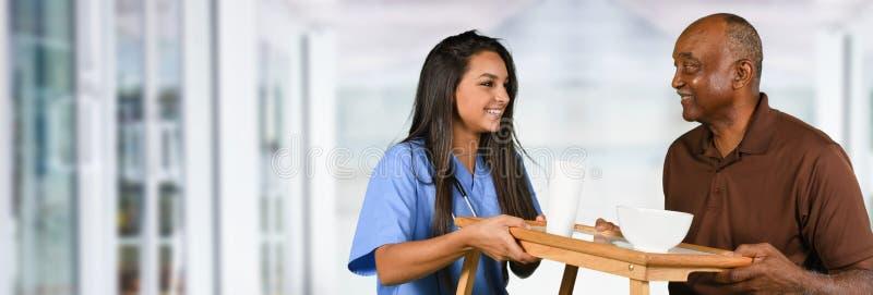 Εργαζόμενος υγειονομικής περίθαλψης και ηλικιωμένη υπομονετική κατανάλωση στοκ φωτογραφία
