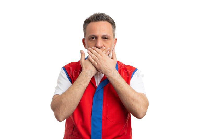 Εργαζόμενος υπεραγορών που καλύπτει το στόμα με τους φοίνικες στοκ εικόνα