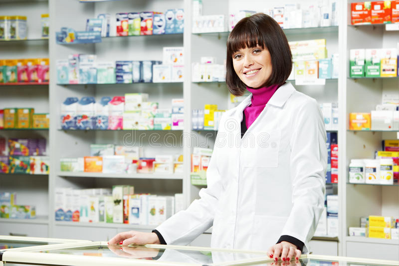 Εργαζόμενος φαρμακείων στο φαρμακείο στοκ εικόνα με δικαίωμα ελεύθερης χρήσης