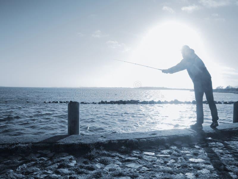 Εργαζόμενος ψαράς που περιμένει την αλιεία στοκ εικόνες