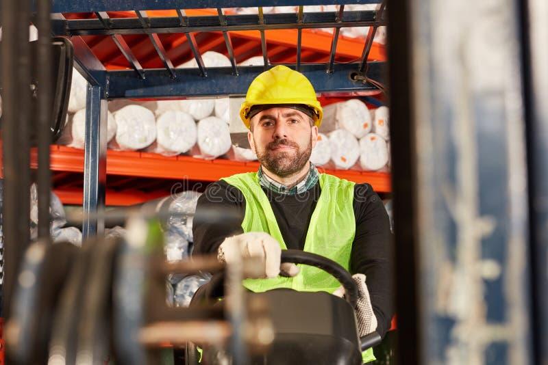 Εργαζόμενος ως forklift οδηγό forklift στοκ εικόνα με δικαίωμα ελεύθερης χρήσης
