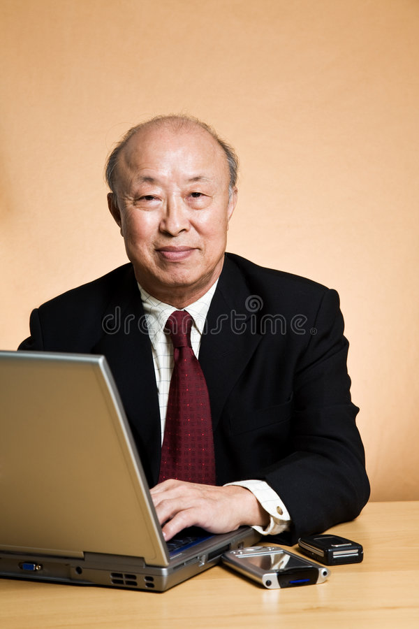 Εργαζόμενος ώριμος επιχειρηματίας στοκ φωτογραφία