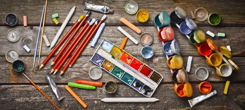 Εργαλεία για τα αντικείμενα καλλιτεχνών για το σχέδιο Χρώμα, κραγιόνια, μολύβια σε έναν ξύλινο πίνακα Έμπνευση που δημιουργεί Τοπ στοκ φωτογραφία με δικαίωμα ελεύθερης χρήσης