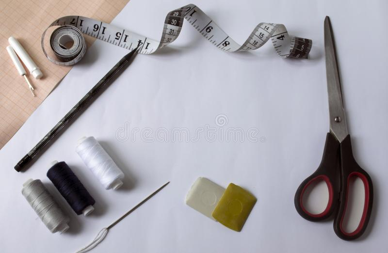 εργαλεία για το ράψιμο και τη ραπτική έγγραφο γραφικών παραστάσεων εργαλεία για το ράψιμο και τη ραπτική έγγραφο γραφικών παραστά στοκ φωτογραφίες