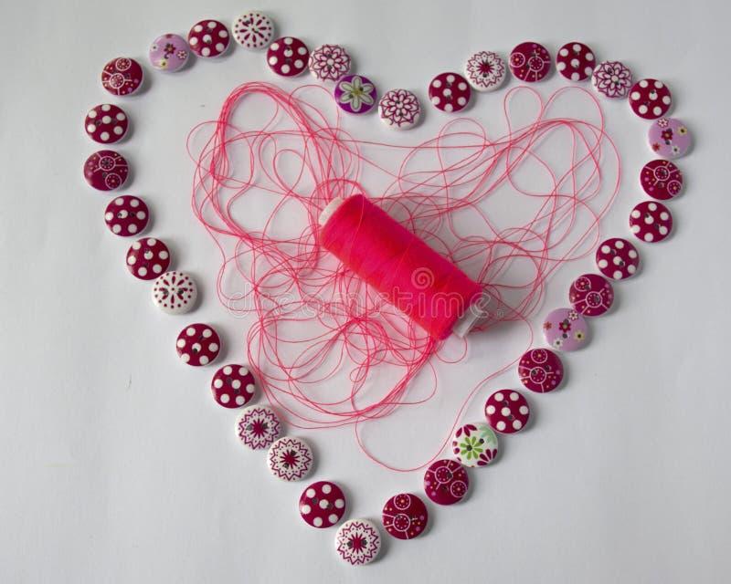 εργαλεία για το ράψιμο και τη ραπτική χόμπι πολύχρωμο ράβοντας νήμα καρδιά των κουμπιών στοκ φωτογραφίες