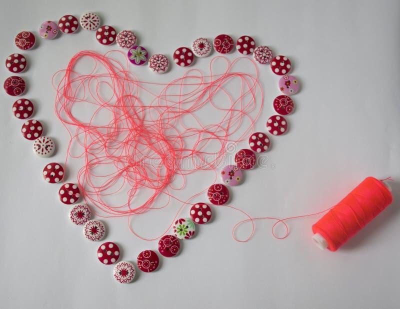 εργαλεία για το ράψιμο και τη ραπτική χόμπι πολύχρωμο ράβοντας νήμα καρδιά των κουμπιών στοκ εικόνα