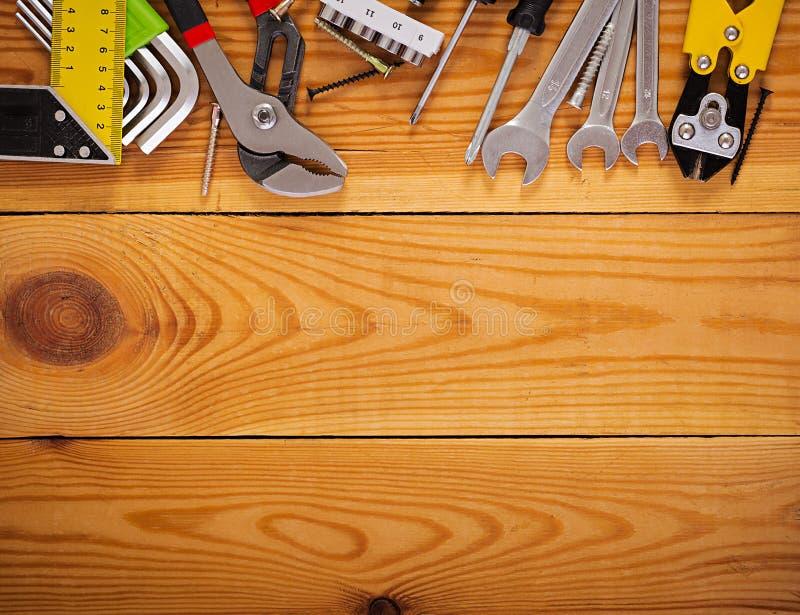 Εργαλεία εργασίας στο ξύλινο αγροτικό υπόβαθρο Τοπ όψη διάστημα αντιγράφων στοκ φωτογραφία