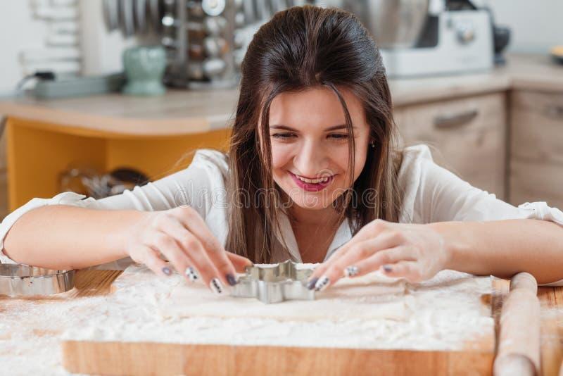 Εργαλεία ζύμης ζύμης κοπτών μπισκότων ψησίματος γυναικών στοκ φωτογραφία με δικαίωμα ελεύθερης χρήσης