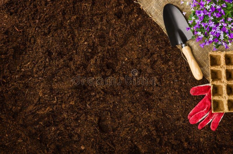 Εργαλεία κηπουρικής στη τοπ άποψη υποβάθρου εδαφολογικής σύστασης κήπων στοκ εικόνες