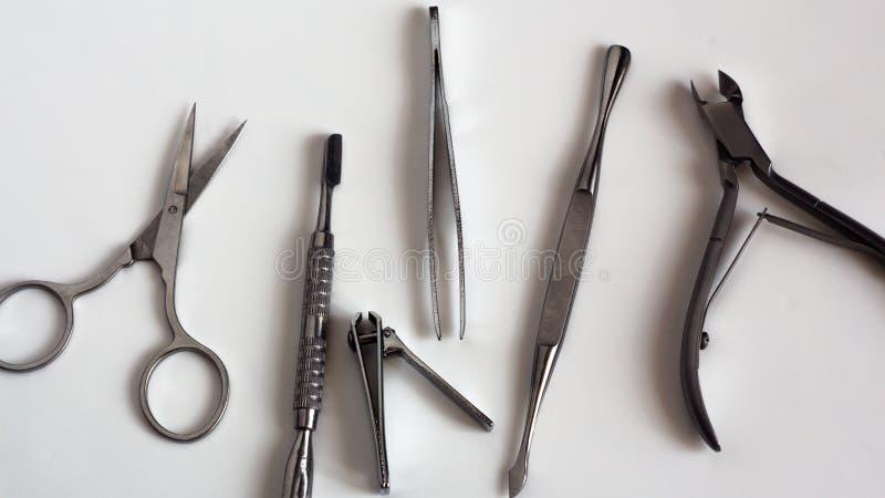 Εργαλεία μανικιούρ και pedicure στο άσπρο υπόβαθρο, που απομονώνεται Εξοπλισμός για το κατάστημα ομορφιάς, το καλλυντικό σαλόνι ή στοκ εικόνα με δικαίωμα ελεύθερης χρήσης