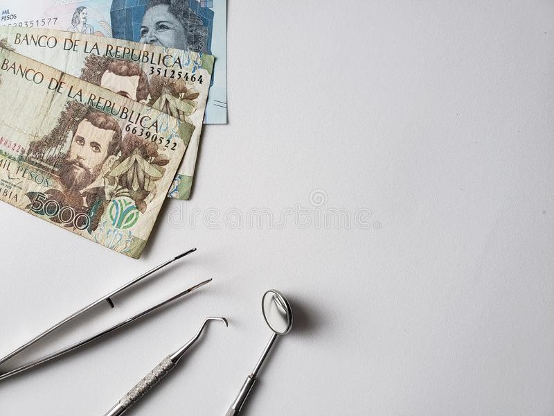 εργαλεία οδοντιάτρων για την προφορική αναθεώρηση και τα κολομβιανά τ στοκ εικόνες