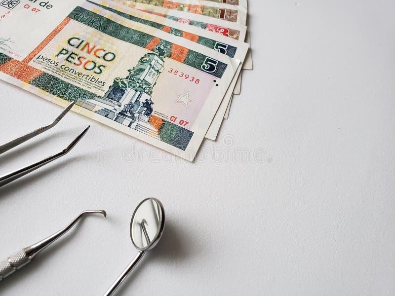 εργαλεία οδοντιάτρων για την προφορική αναθεώρηση και τα κουβανικά τρ στοκ εικόνα με δικαίωμα ελεύθερης χρήσης