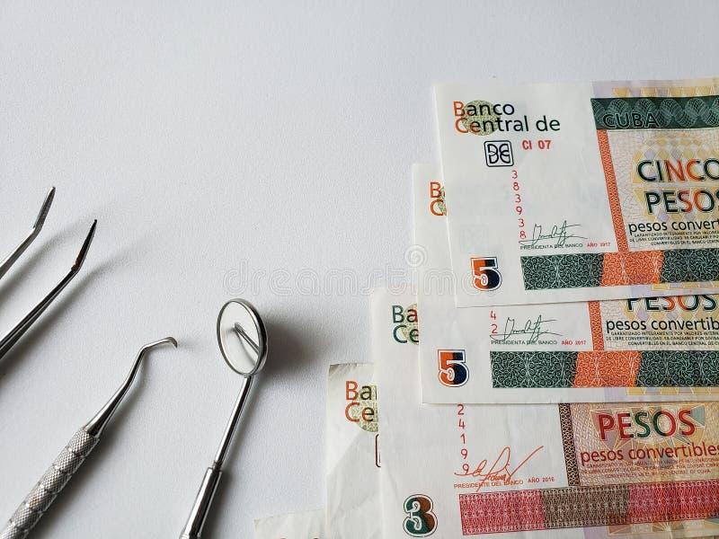εργαλεία οδοντιάτρων για την προφορική αναθεώρηση και τα κουβανικά τρ στοκ εικόνες με δικαίωμα ελεύθερης χρήσης