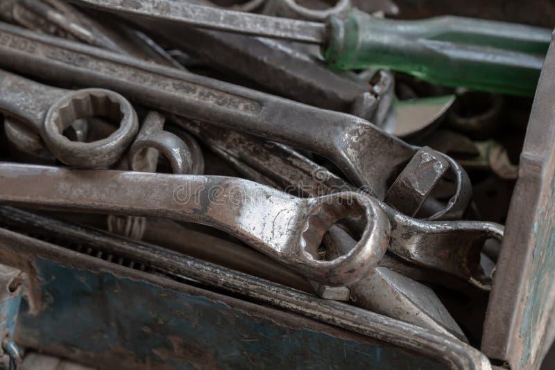 Εργαλεία που αποτελούνται από κατσαβίδια και οδοντωτήρες, τοποθετημένα σε μεταλλικό κουτί στοκ φωτογραφία με δικαίωμα ελεύθερης χρήσης