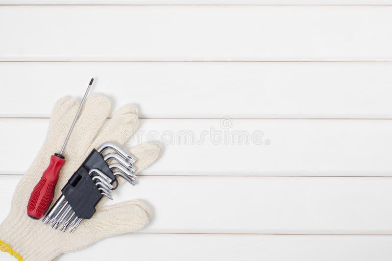Εργαλεία σε ένα άσπρο ξύλινο υπόβαθρο στοκ φωτογραφία