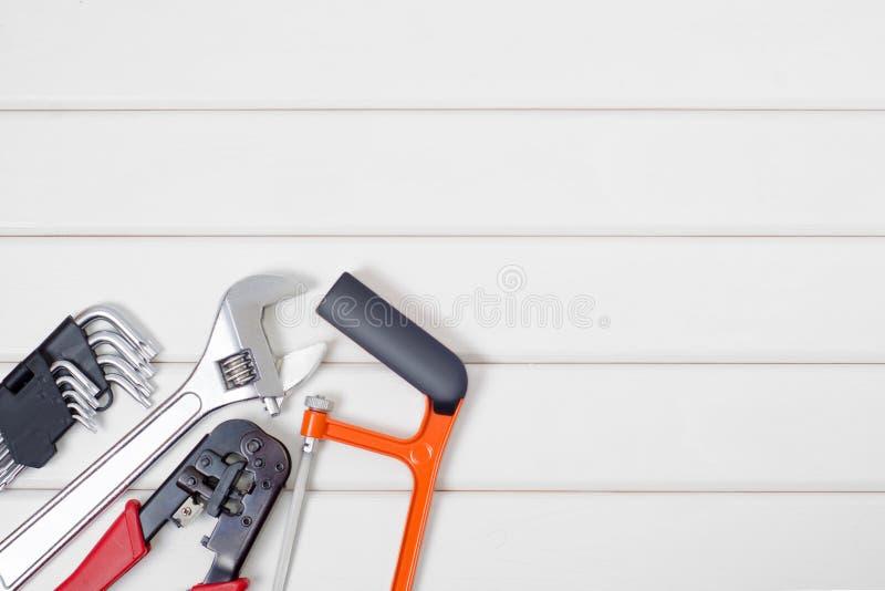 Εργαλεία σε ένα άσπρο ξύλινο υπόβαθρο στοκ φωτογραφίες