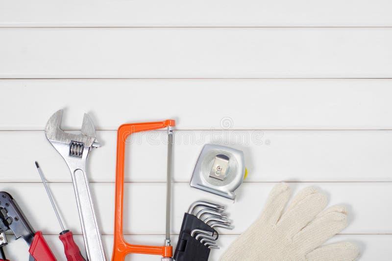Εργαλεία σε ένα άσπρο ξύλινο υπόβαθρο στοκ εικόνα με δικαίωμα ελεύθερης χρήσης