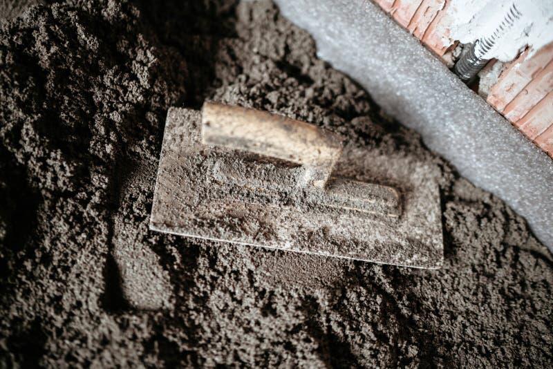 Εργαλεία στο εργοτάξιο οικοδομής Trowel στο κονίαμα τσιμέντου, πάτωμα κατεβατών στοκ εικόνες με δικαίωμα ελεύθερης χρήσης