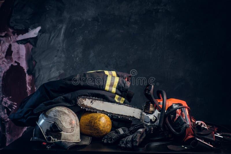Εργαλείο ασφάλειας, balon οξυγόνου και αλυσιδοπρίονο στον πίνακα στοκ φωτογραφία με δικαίωμα ελεύθερης χρήσης
