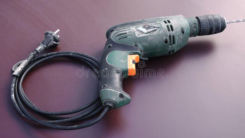 Εργαλειομηχανή τρυπανιών χεριών r Παλαιό τρυπάνι για την επισκευή Παλαιό ηλεκτρικό τρυπάνι στη λεπτομέρεια πατωμάτων στοκ εικόνα