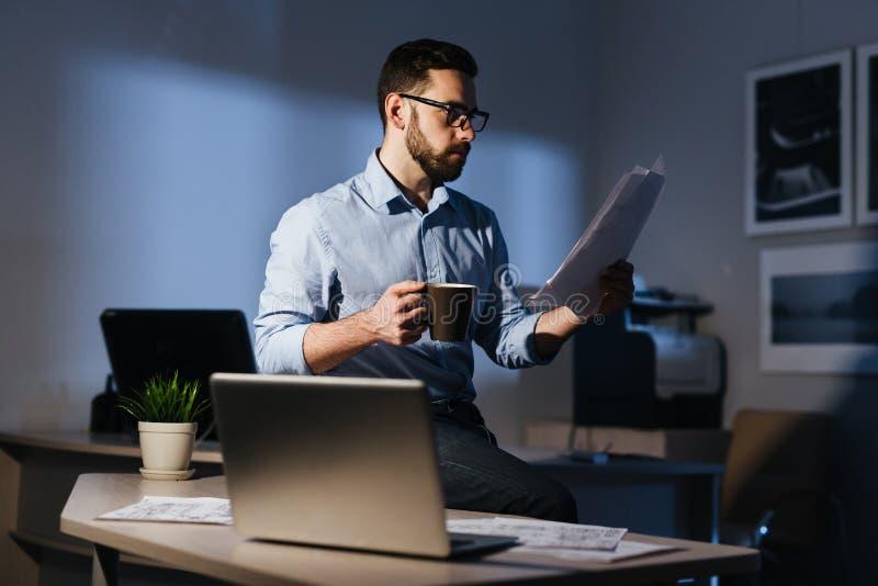 Εργασία λήξης επιχειρηματιών αργά τη νύχτα στοκ φωτογραφία με δικαίωμα ελεύθερης χρήσης