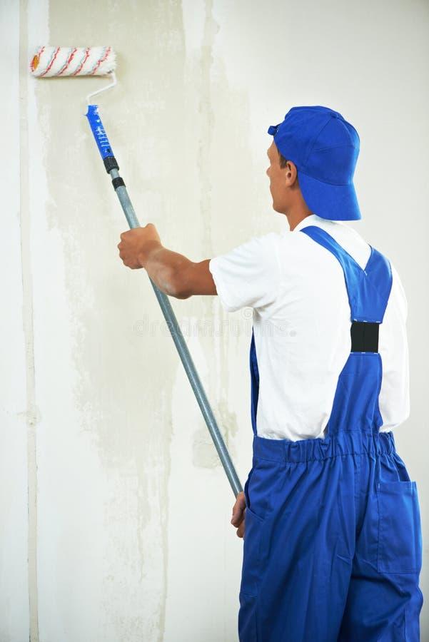 Εργασία ανακαίνισης ζωγράφων στο σπίτι με πρωταρχικό στοκ εικόνες με δικαίωμα ελεύθερης χρήσης