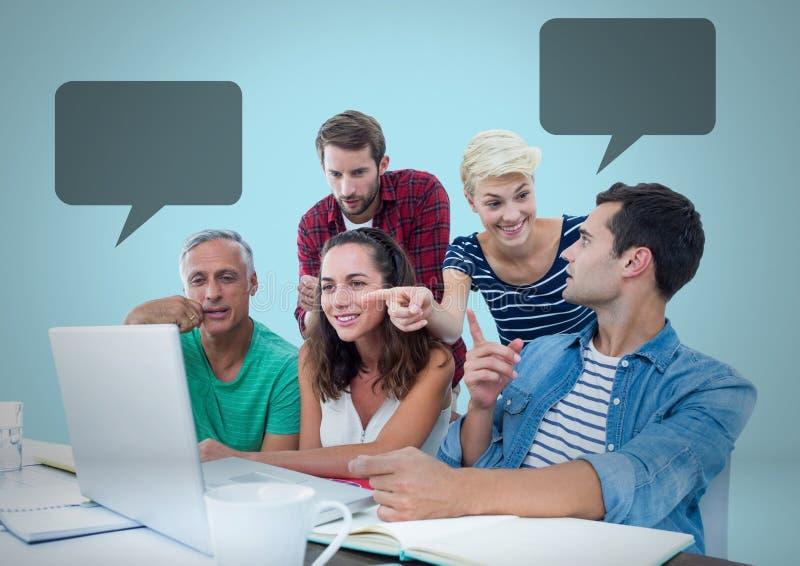 Εργασία ανθρώπων στην αρχή με τις κενές φυσαλίδες συνομιλίας στοκ φωτογραφία