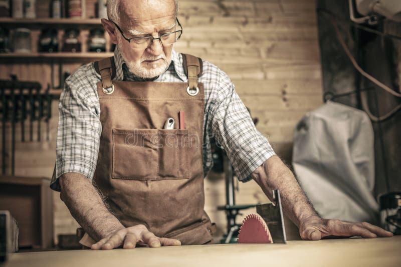 Εργασία ατόμων στο tablesaw στοκ εικόνα με δικαίωμα ελεύθερης χρήσης