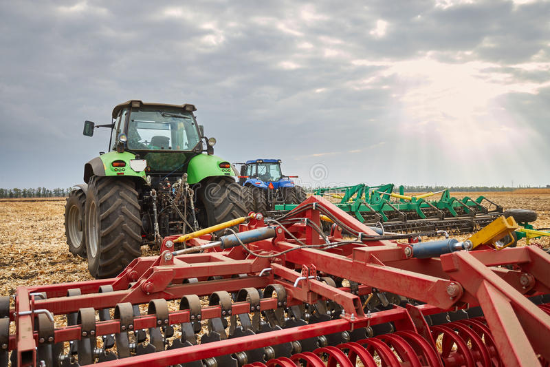 Εργασία γεωργικού μηχανήματος στον τομέα στοκ φωτογραφίες