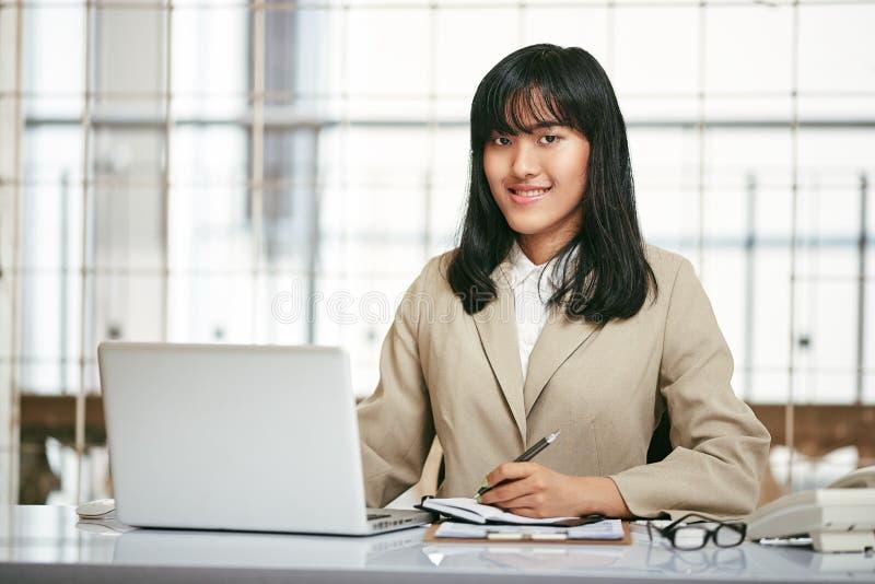 εργασία γραφείων σημειωματάριων εστίασης επιχειρηματιών στοκ εικόνες με δικαίωμα ελεύθερης χρήσης