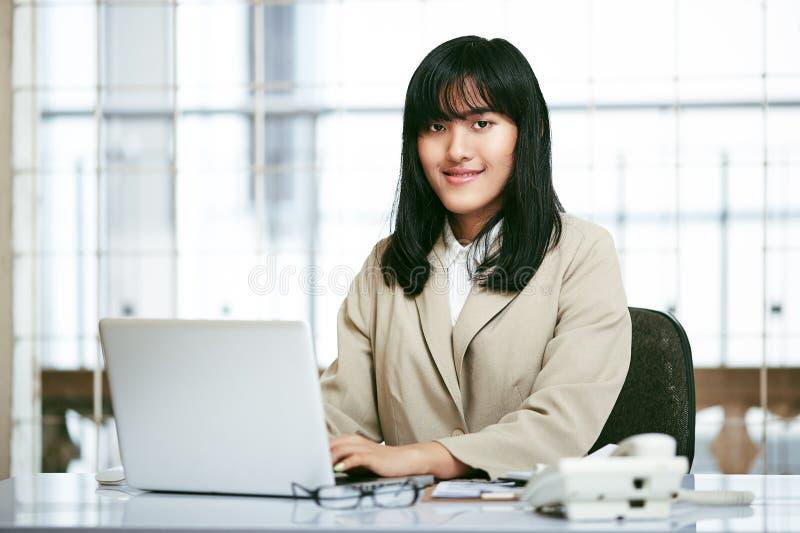 εργασία γραφείων σημειωματάριων εστίασης επιχειρηματιών στοκ φωτογραφία με δικαίωμα ελεύθερης χρήσης