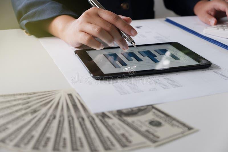 εργασία γυναικών γραφεί&omega οικονομική ανάλυση με τα διαγράμματα στην ταμπλέτα για την έννοια επιχειρήσεων, λογιστικής, ασφάλει στοκ φωτογραφία με δικαίωμα ελεύθερης χρήσης