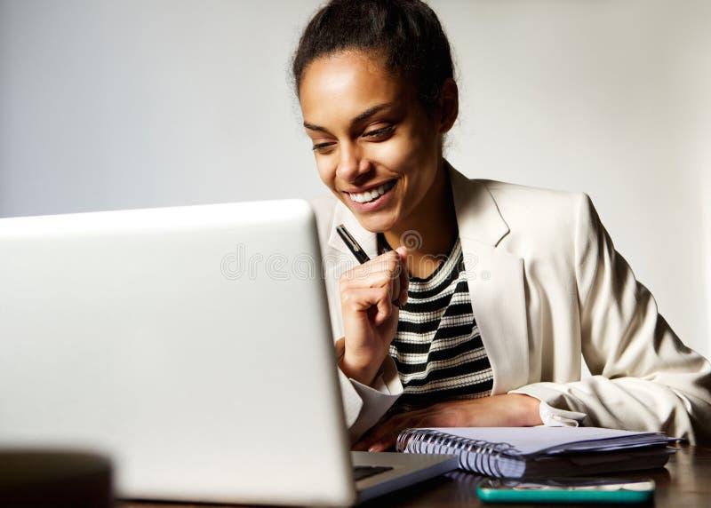εργασία γυναικών επιχειρησιακού χαμόγελου στοκ φωτογραφίες