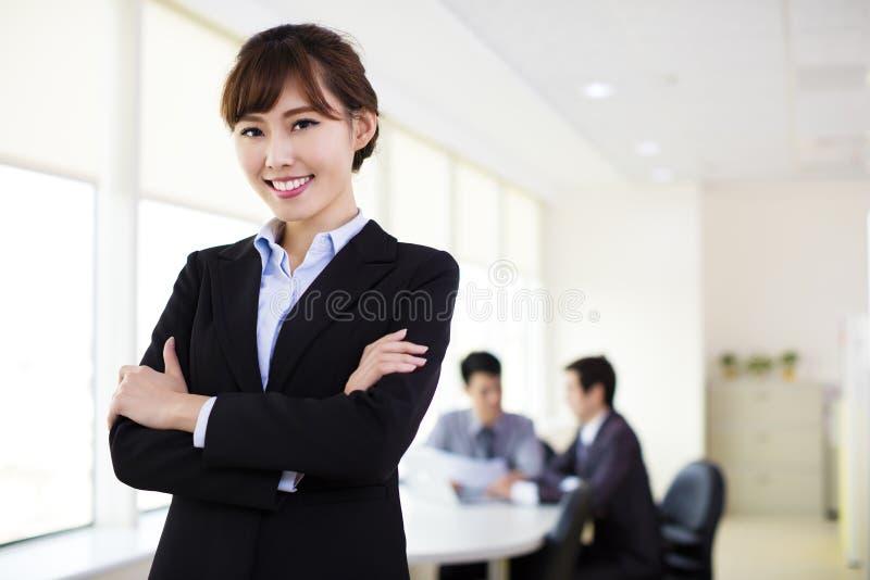 εργασία γυναικών επιχειρησιακών γραφείων στοκ εικόνα με δικαίωμα ελεύθερης χρήσης