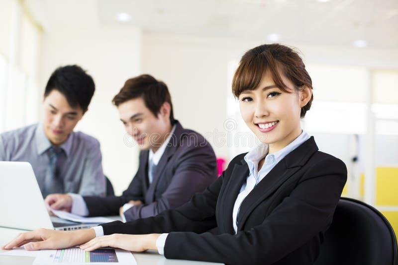 εργασία γυναικών επιχειρησιακών γραφείων στοκ εικόνες