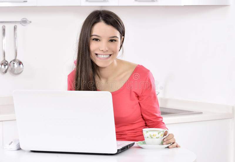εργασία γυναικών επιχειρησιακών σπιτιών στοκ εικόνες με δικαίωμα ελεύθερης χρήσης