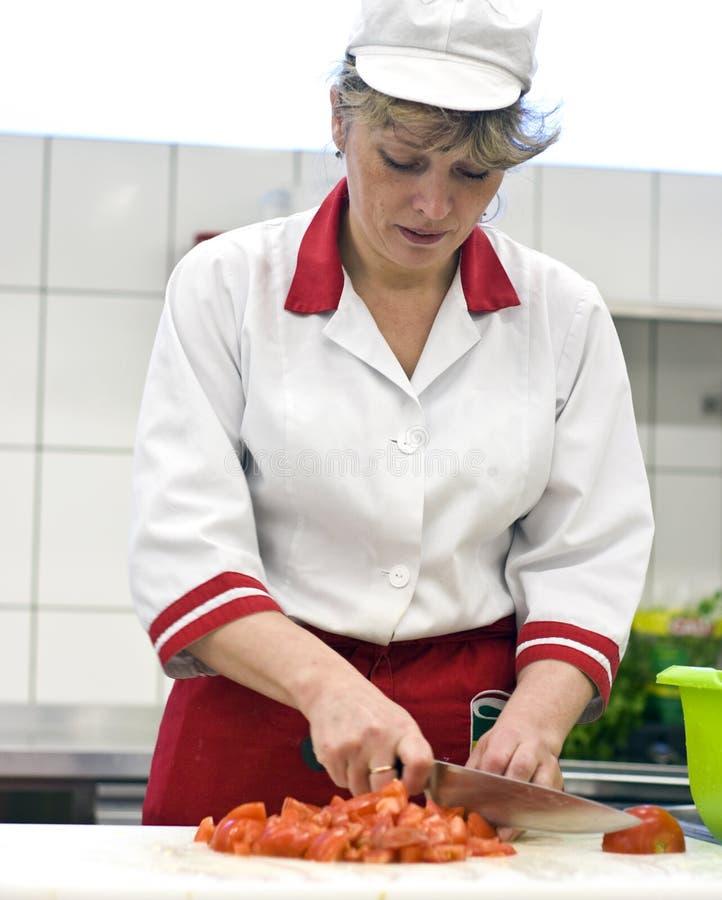 εργασία γυναικών κουζι&nu στοκ εικόνα με δικαίωμα ελεύθερης χρήσης