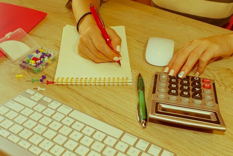 Εργασία γυναικών στην αρχή, καθμένος στο γραφείο, που χρησιμοποιεί τον υπολογιστή Γυναίκα ανώτατων στελεχών επιχείρησης στον εργα στοκ φωτογραφία με δικαίωμα ελεύθερης χρήσης