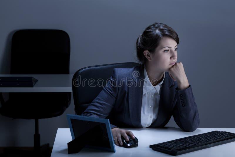 Εργασία γυναικών στην αρχή τη νύχτα στοκ εικόνα με δικαίωμα ελεύθερης χρήσης